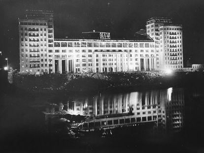 Las obras de la Casa del Gobierno casi acabadas. La iluminación era para celebrar el XIV aniversario de la revolución en noviembre de 1931. Fotografía incluida en el libro 'La casa eterna' de Yuri Slezkine.