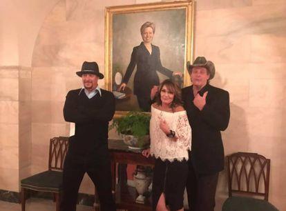 Sarah Palin, Kid Rock y Ted Nugent frente al retrato de Hillary Clinton en la Casa Blanca.