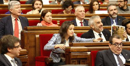 Inés Arrimadas (c), en el Parlamento catalán.
