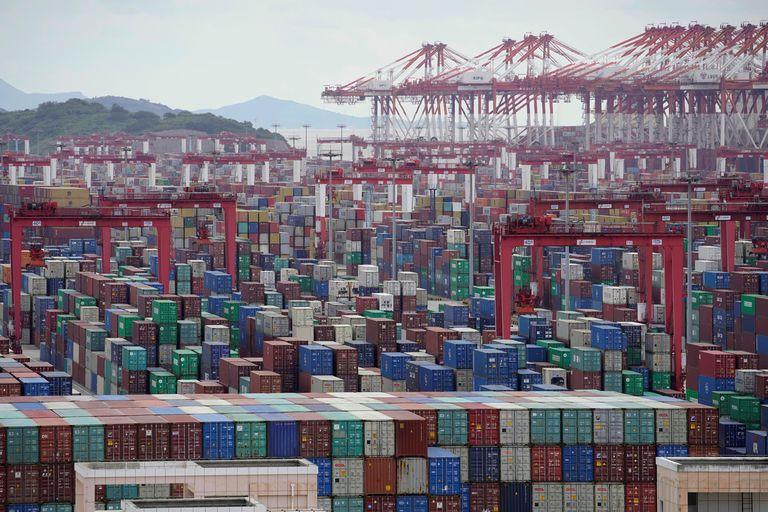 Centenares de contenedores de carga, este lunes en el puerto de Shanghái.