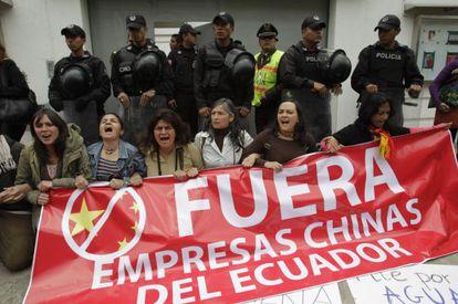Protesta ambientalista frente a la Embajada china en Quito.