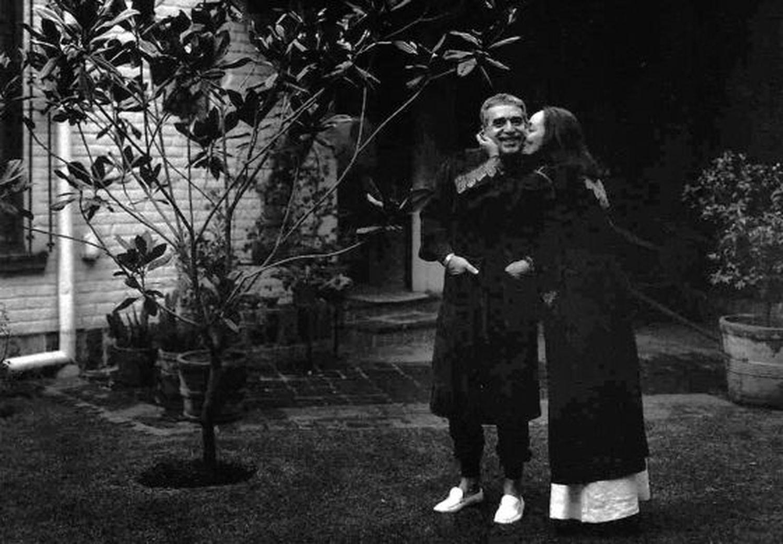 Gabriel García Márquez y su esposa, Mercedes Barcha, al recibir la noticia del premio Nobel, en 1982.