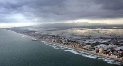 Playas de El Saler, el Perellonet y el Perelló; detras la Albufera, en Valencia.