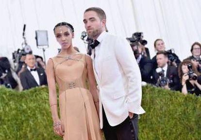 Robert Pattinson con su actual pareja, la cantante FKA Twigs. Están en la gala Met de 2016, en Nueva York.