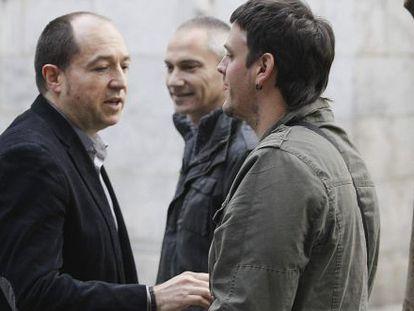 El portavoz de Sortu (izquierda) conversan con Odei, el hijo del exportavoz de Batasuna, Arnaldo Otegi, en la localidad guipuzcoana de Elgoibar.