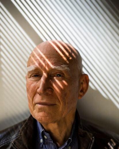 El fotógrafo Sebastião Salgado, fotografiado en su estudio, en París, mientras prepara su último libro y exposición: 'Amazônia', que se inauguró el pasado día 20, en la Philharmonie de París. ©Ed Alcock
