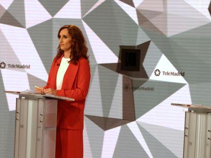 Las candidatas a la presidencia de la Comunidad de Madrid, Mónica García (a la izquierda), e Isabel Díaz Ayuso, durante el debate de este miércoles en los estudios de Telemadrid.