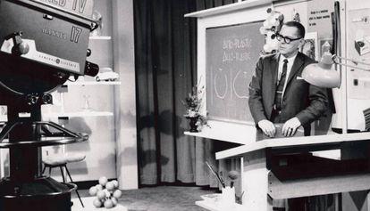 Papanek filmando el programa WNED-TV Channel en Búfalo, en 1961.