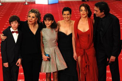 De izquierda a derecha, Francesc Colomer, Isona Passola (productora), Marina Comas, Laia Marull, Nora Navas y Agustí Villaronga, todos con algún <i>goya</i> por <i>Pa negre.</i>