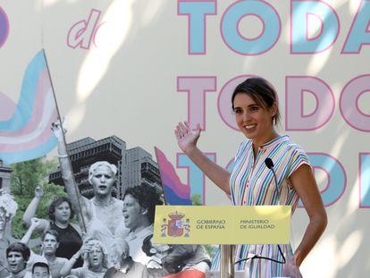La ministra de Igualdad, Irene Montero, interviene durante el acto de entrega de los 1º Reconocimientos Arcoíris este lunes en Madrid.