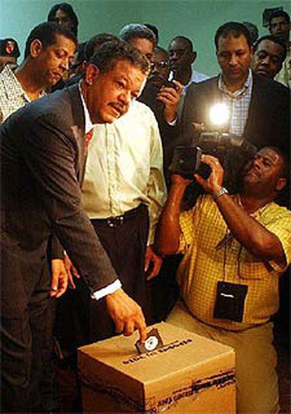 El candidato Leonel Fernández deposita su voto, en Santo Domingo.