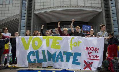 Un grupo de jóvenes pide el voto por el clima frente a la Eurocámara, el pasado domingo, en Bruselas.