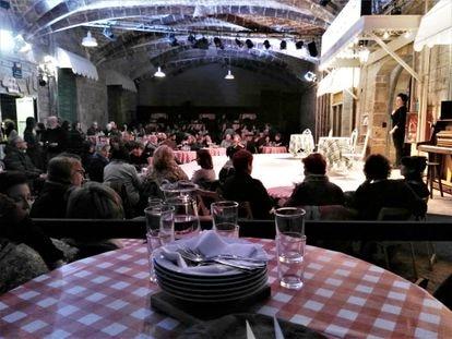 Un plato en la mesa en la obra de teatro 'L'hostalera', en la Biblioteca de Catalunya.