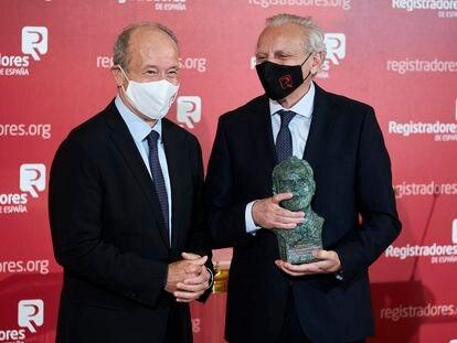 El ministro de Justicia, Juan Carlos Campo, entrega este miércoles el premio Gumersindo Azcárate al escritor y periodista Alex Grijelmo.