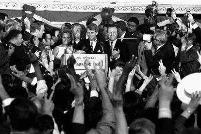 El senador Robert Kennedy en lo que sería su último mitin. El político fue asesinado minutos después de este acto en el hotel Ambassador.