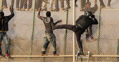 Imagen de archivo de una actuación policial ante un intento de asalto a la valla de Melilla.