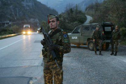 Legionarios en Mostar, en la carretera que conduce a Sarajevo, en noviembre de 2005