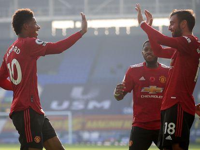 Rashford (I) choca las manos con Bruno Fernandes para celebrar su segundo tanto al Everton.