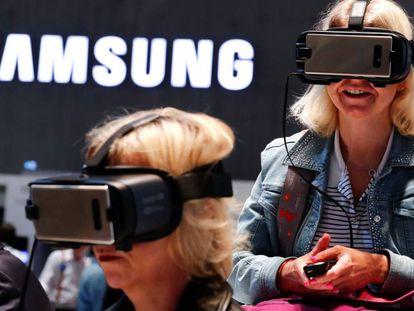 Usuarios prueban las gafas de realidad virtual de Samsung.