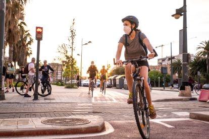 Una mujer monta en bici durante la desescalada en Valencia.