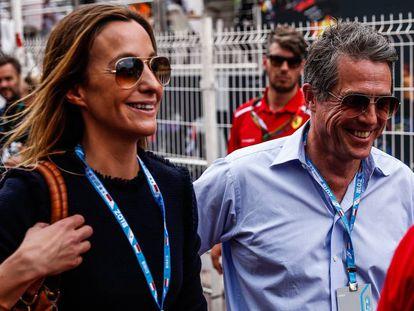 Hugh Grant y Anna Eberstein en el Gran Premio de Mónaco de Fórmula 1.