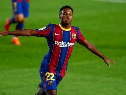 Ansu festeja uno de sus goles este domingo ante el Villarreal en el Camp Nou.