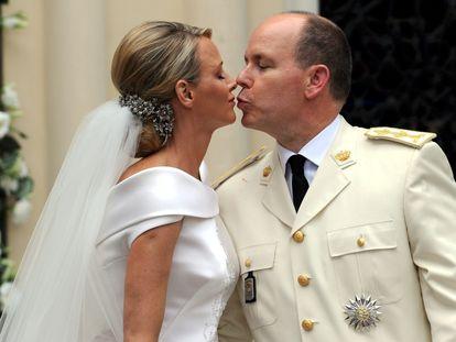 El príncipe Alberto de Mónaco y Charlene Wittstock, en su boda religiosa, el 2 de julio de 2011 en Montecarlo.