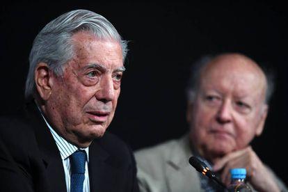 El escritor Mario Vargas Llosa diserta en la Feria del Libro de Buenos Aires, acompañado por el chileno Jorge Edwards.