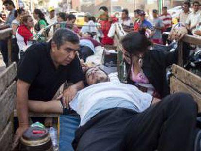 Fotografía tomada el pasado 10 de septiembre en la que se registró a un chofer despedido por la compañía de autobuses paraguaya Vanguardia S.A. y quien se crucificó en protesta por las represalias luego de que varios conductores intentaran sindicalizarse. EFE/Archivo