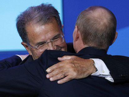 Putin saluda al exprimer ministro italiano Romano Prodi.