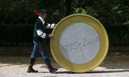 Un activista reclama la tasa Robin Hood en Berlín.