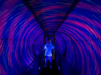 Un niño disfruta este miércoles del túnel del vórtice, la gran atracción del Museo de las Ilusiones de Madrid.