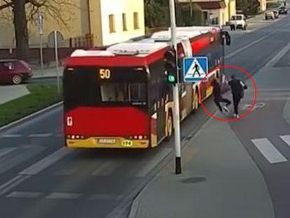 Dos adolescentes caminaban por Polonia cuando una de ellas empujó a la otra contra un autobús en marcha