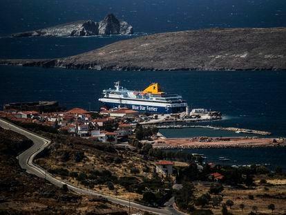 El ferry al que van a trasladar a los migrantes, este lunes en Sigri.
