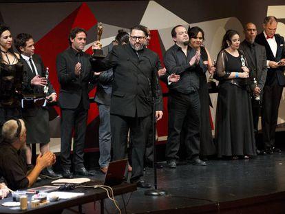 Amir Galvan, director de 'La 4ª compañía' celebra el premio a mejor película.