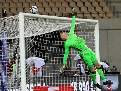 El guardameta de la Real Sociedad, Alex Remiro, despeja un balón