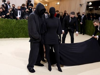 Kim Kardashian junto al diseñador Demna Gvasalia en la Gala del Met de 2021, en Nueva York.