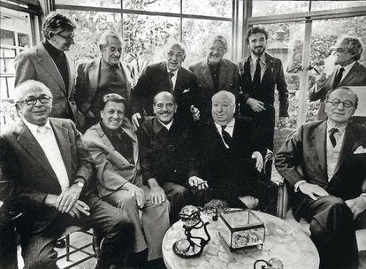 Comida en honor a Buñuel en Los Ángeles, en noviembre de 1972. De pie, Robert Mulligan, William Wyler, George Cukor, Robert Wise, Jean-Claude Carrière (con barba) y Serge Silverman. Delante, Billy Wilder, George Stevens, Luis Buñuel, Alfred Hitchcock y Rouben Mamoulian.