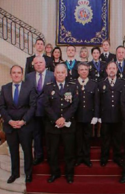Villarejo, en el segundo escalón, el primero por la derecha, cuando fue condecorado en marzo de 2014.