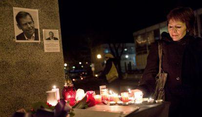 Una mujer rinde tributo a Václav Havel hoy frente a la estatua del expresidente Tomas Garrique Masaryks en Praga.