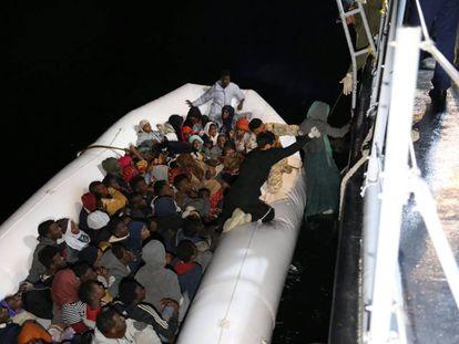 Rescate de migrantes por parte de guadacostas libios este viernes.