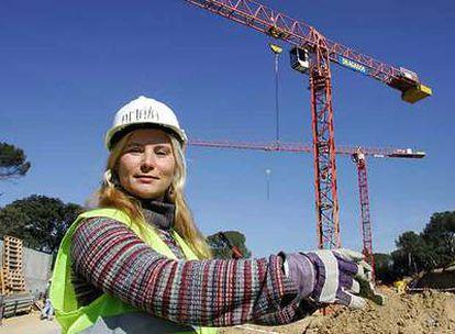 Amaya Aguilar trabaja como gruista en la construcción de 48 chalés en Majadahonda.