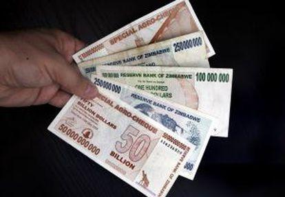 Distintos billetes de varios millones de dólares de Zimbabue