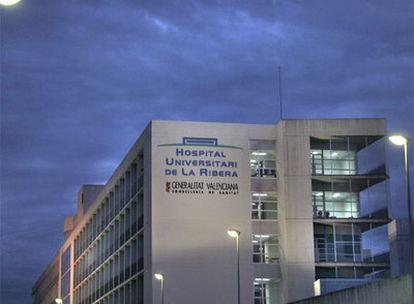 Vista del hospital de la Ribera, en Alzira, que ahora cumple 10 años.