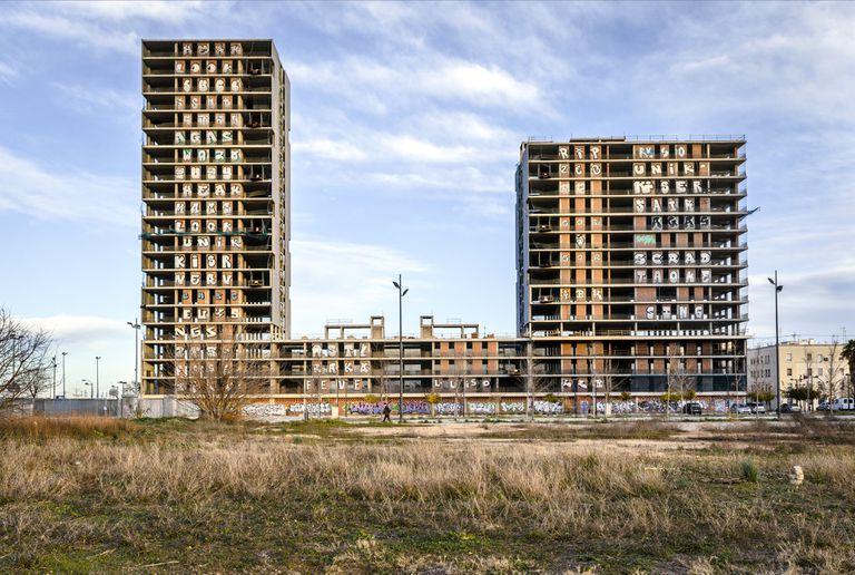 El bloque de viviendas públicas, icono de Sociópolis, cuyas obras se reactivarán este año, según la Generalitat.