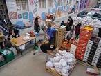MADRID. 17-10-2020. Reparto de comida a familias necesitadas en Aluche. Cada sábado se distribuyen varias toneladas de alimentos a personas golpeadas por la pandemia desde una red vecinal paralela a los canales oficiales de ayuda del Ayuntamiento. FOTO: LUIS DE VEGA