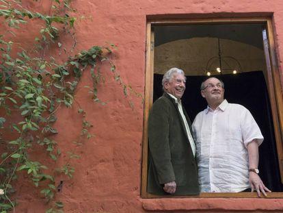 Mario Vargas Llosa (izquierda) y Salman Rushdie, este sábado en Arequipa (Perú).
