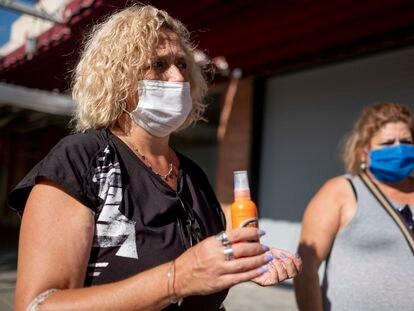 Dos vecinas de Coria del Río muestran botes de repelente de mosquitos.