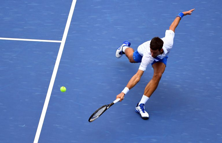 Djokovic devuelve de revés durante el partido contra Bautista en la Louis Armstrong de Nueva York.