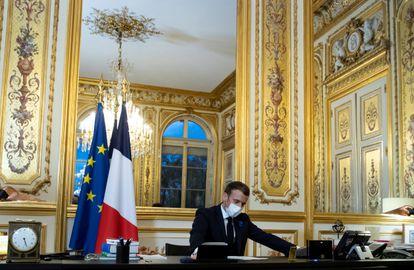 Macron, en su despacho, durante una conversación telefónica con el entonces presidente electo de Estados Unidos, Joe Biden, en noviembre de 2020.